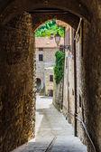 Fotografie úzká ulice ve starém městě