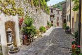 Fotografie Úzká ulice na starém městě v Itálii