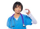 ázsiai női orvos akinek elszigetelt fehér lapot