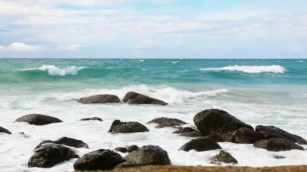 Surf és sziklák. Thaiföld.