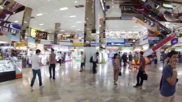 Bangkok - április 14: ügyfél séta belül mbk bevásárlóközpont április 14, 2013-ra, Bangkok, Thaiföld. a központ tartalmaz körülbelül 2000 üzletek, éttermek és üzletek szolgáltatás