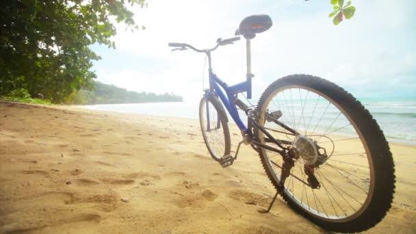 Video 1920 x 1080 - moderní kolo na tropické pláži bez lidí