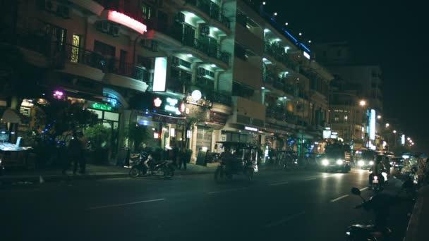 Phnom penh, Kambodža - 29 prosince 2013: noční provoz v ulicích města. lidé jdou na motocykly a záda vozíků