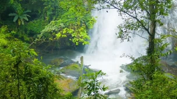 Video 1920 x 1080 - pohled na vodopády mezi stromy. střílet s zoom. Chiang rai, Thajsko