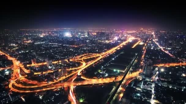 videóinak 1080p - panoráma éjszakai város a főút elágazás.