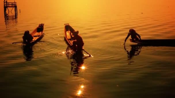 video 1080p - Barma, inle lake. rybáři na lodi ukazují staré ročník tradiční metodu rybolovu