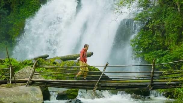 videa 1080p - turisté na bambusových mostě na pozadí vodopád. Doi inthanon národní park, Thajsko