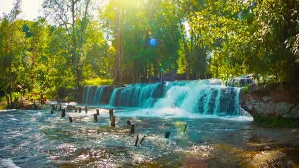 videóinak 1080p - Kambodzsa, siem reap. vízesés a folyó mellett, és egy fából készült híd romjai