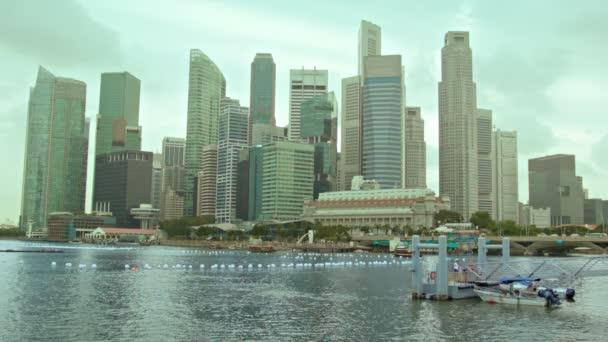 videa 1080p - pohled z mrakodrapů Singapuru na zamračený den
