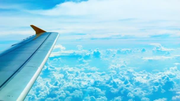 Video 1080p - heller Blick auf die Wolken und die Tragfläche aus der Flugzeugkabine