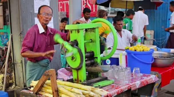 Yangon, Mianmar - 2014. január 03.: eladók cukornád lé, az utcán