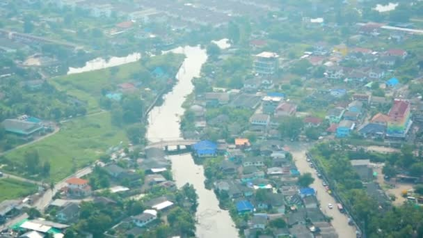 videa 1080p - pohled z okna letadla. vidět domy na předměstí. Thajsko