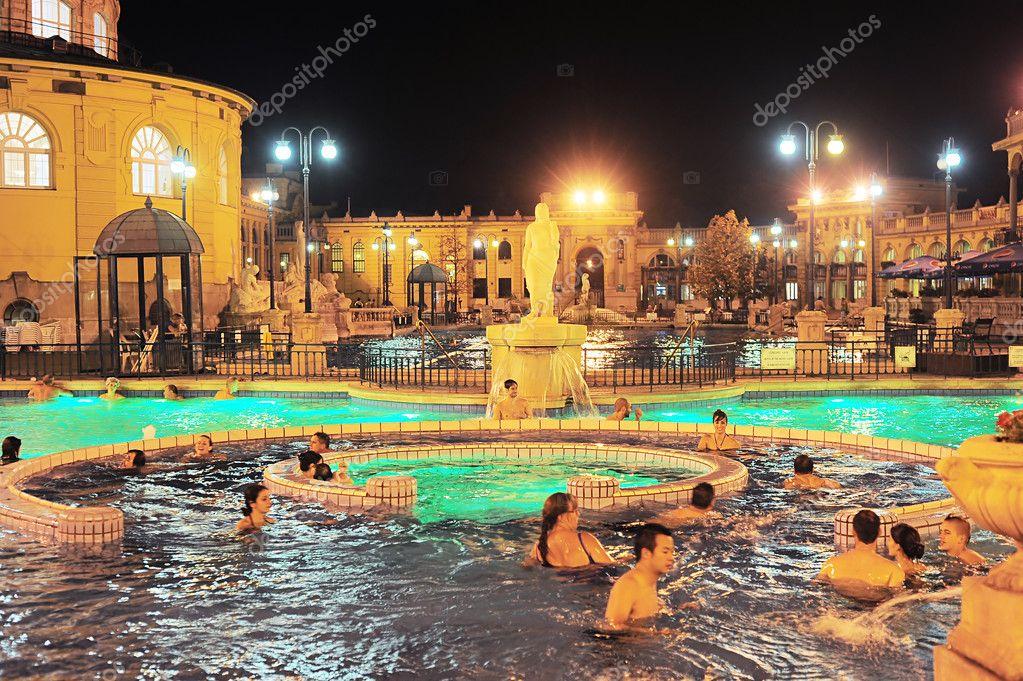budapest ungheria 1 ottobre 2012 hanno un bagno termale szechenyi spa szchenyi sono il pi grande bagno medicinale in europa il centro abitato sono