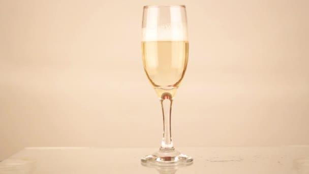 šampaňské, nalil do sklenice