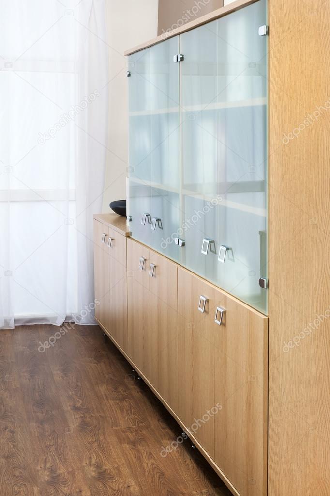 https://st.depositphotos.com/1000205/3038/i/950/depositphotos_30387459-stockafbeelding-boekenkast-met-glazen-deuren.jpg