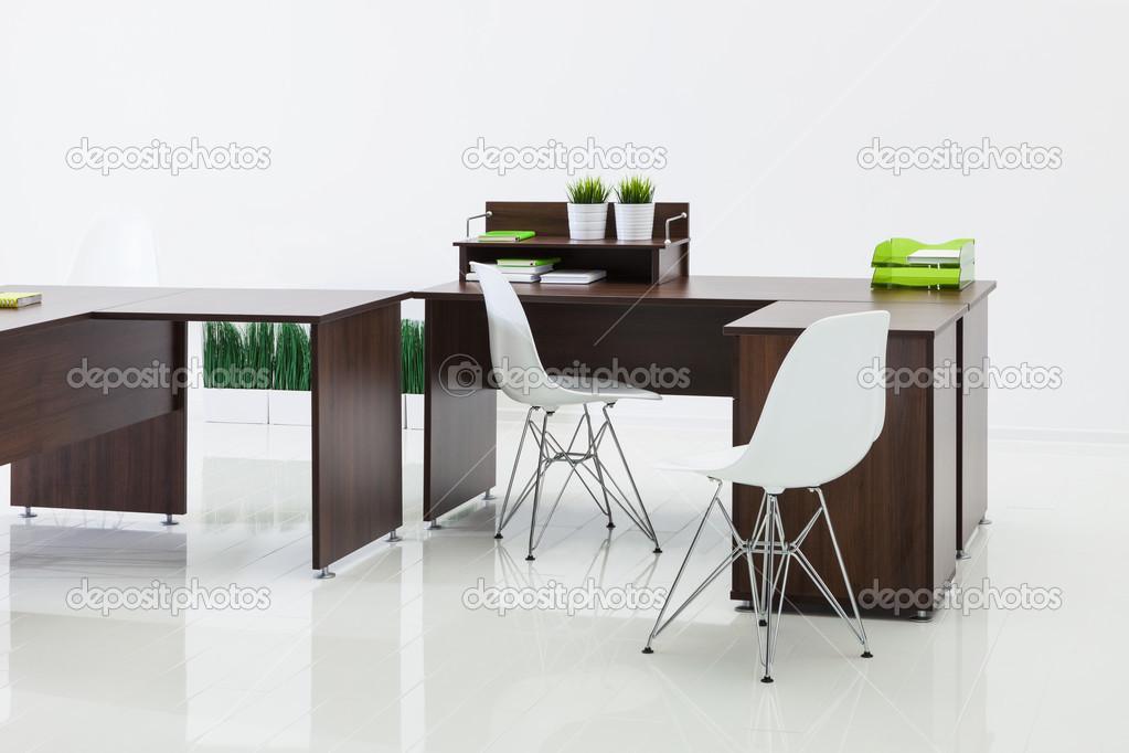 Bureaux et chaises avec réflexion u photographie igterex