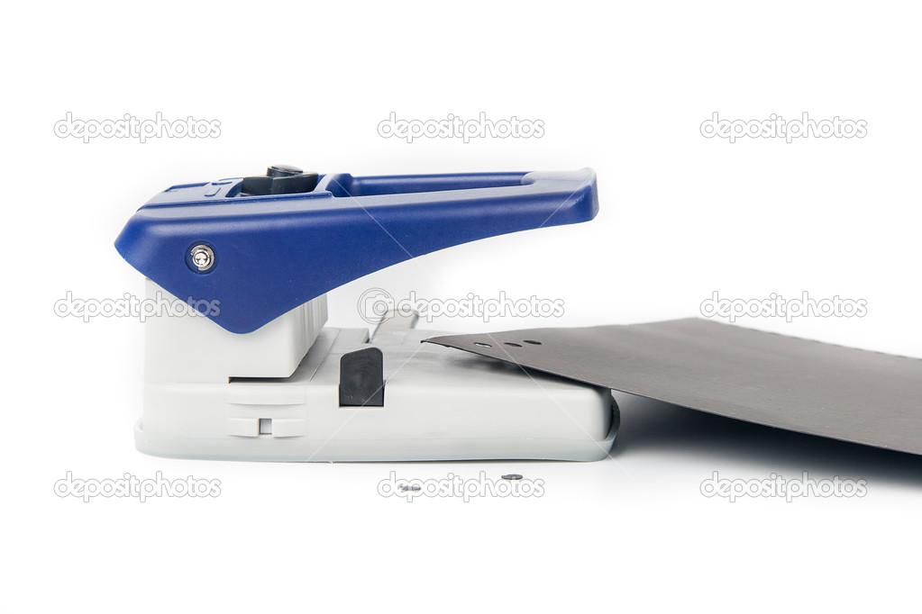 Unité de perforateur de bureau isolée sur fond blanc