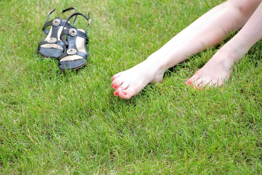 Perfetti piedi sotto il sole con le gambe rasate su un for Piani di fattoria sotto 2000 piedi quadrati