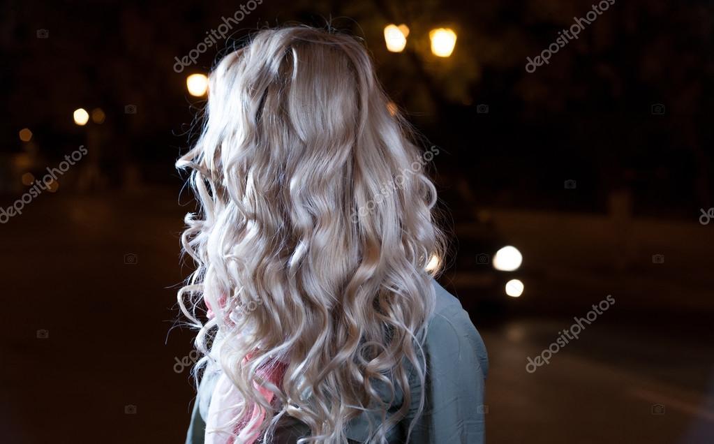 фото сзади блондинки с длинными волосами