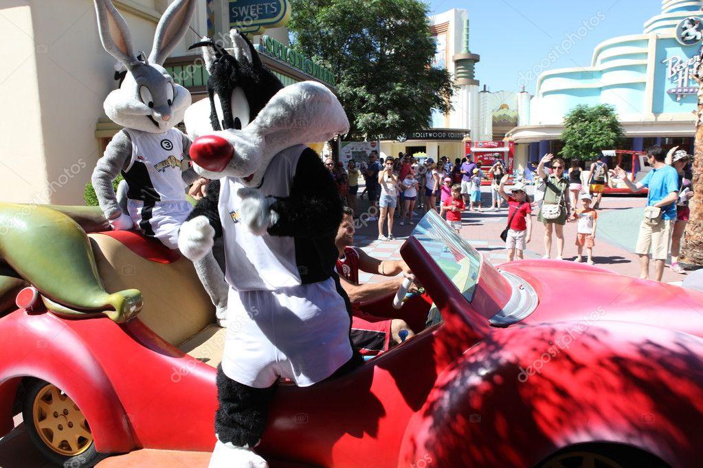 Personaggi dei cartoni animati sulla macchina. parco warner bros