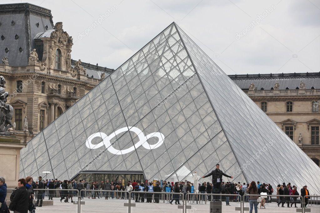 Beroemde Mensen In Parijs.Parijs 27 April Mensen Gaan Naar Beroemde Louvremuseum