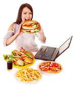 žena jíst nezdravé jídlo