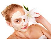 žena s obličejovou maskou