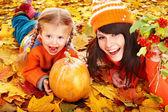 Fényképek ősszel tök boldog család elhagyja