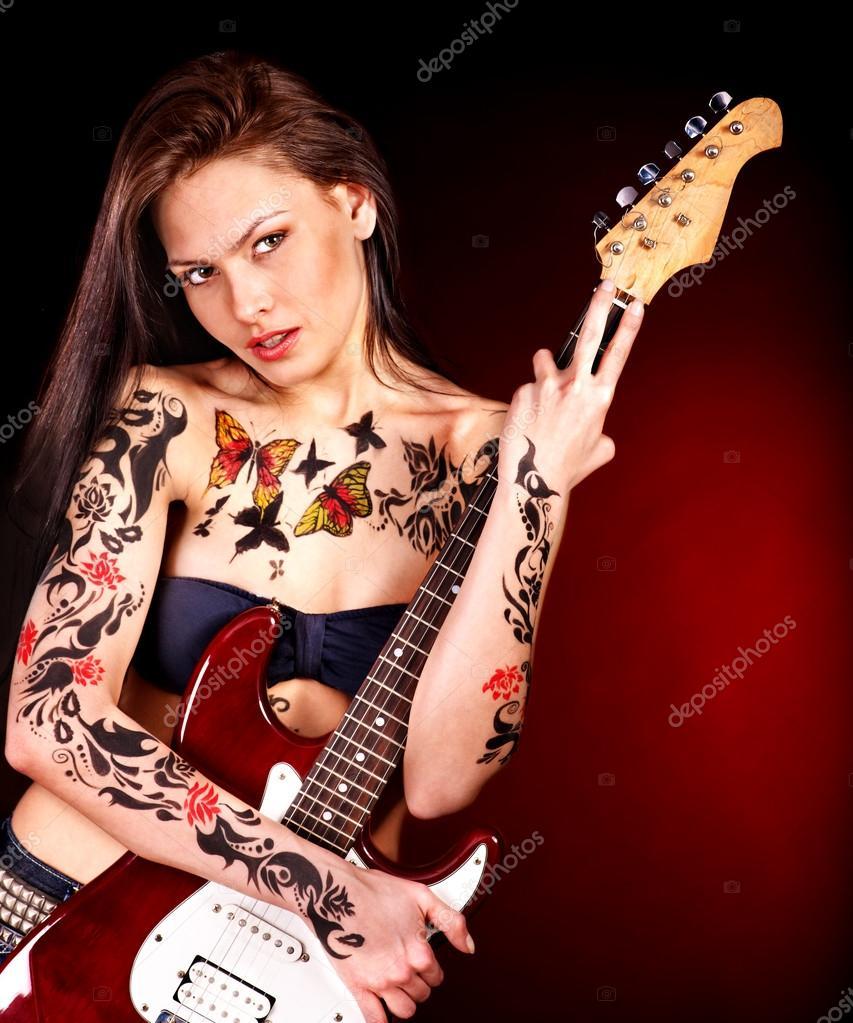 Fille Avec Le Tatouage Jouer De La Guitare Photographie Poznyakov