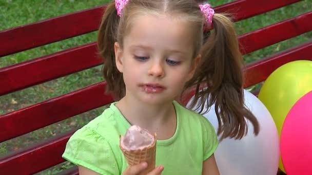 Jégkrémet evő lány.