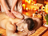 muž dostává aroma masáž v lázních