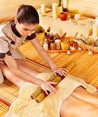 žena dostat masáž nohou