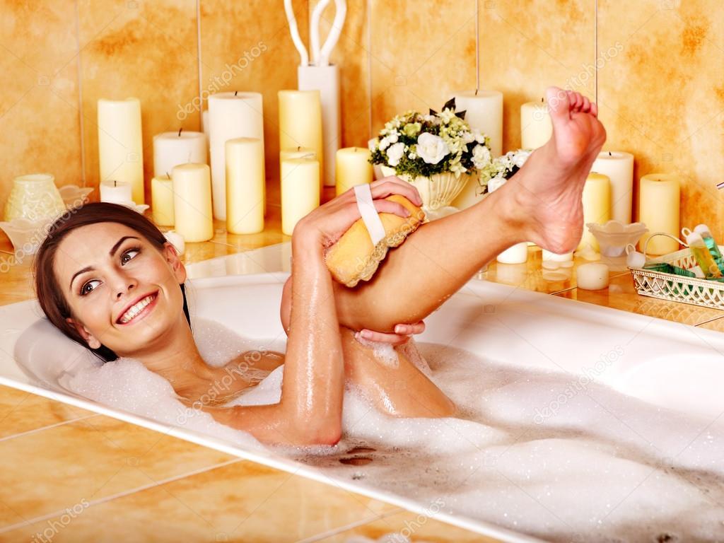 Смотреть видео как женщина моет сама себя в ванной
