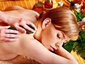 žena stále kamenné terapie masáž.