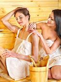 Mädchen in der Sauna.