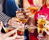 ruka drží sklenici nápoje