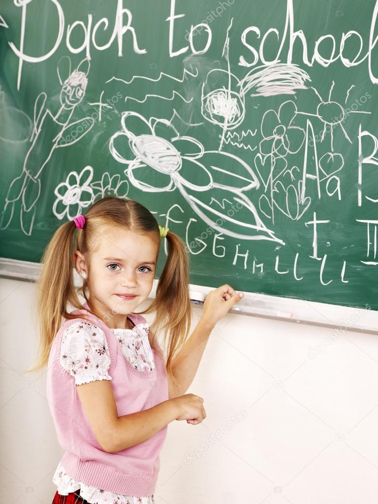 Enfant cole criture sur tableau noir photographie poznyakov 29031581 - Tableau noir enfant ...