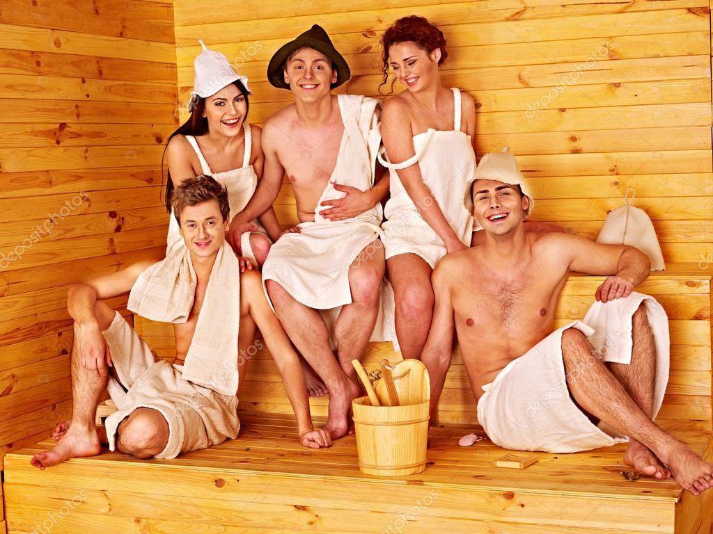 фото парень с девками в бане