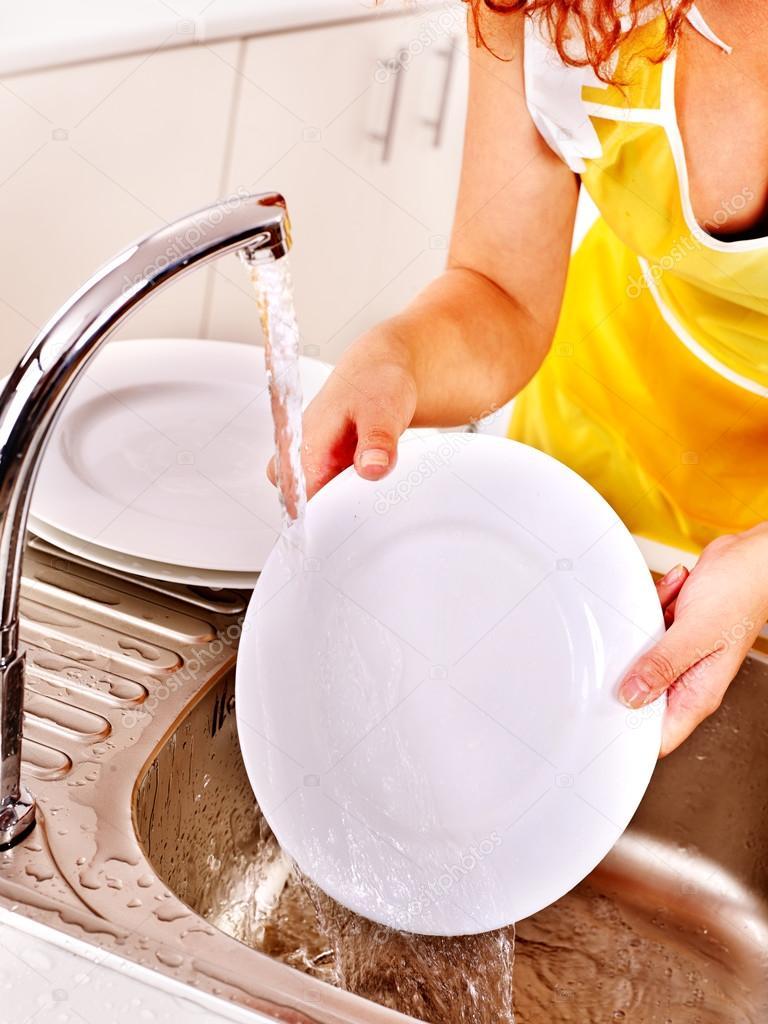 Если снится грязная посуда, разбросанная по дому, то это предвещает ссоры и конфликты в семье.