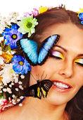 žena s květina a motýl