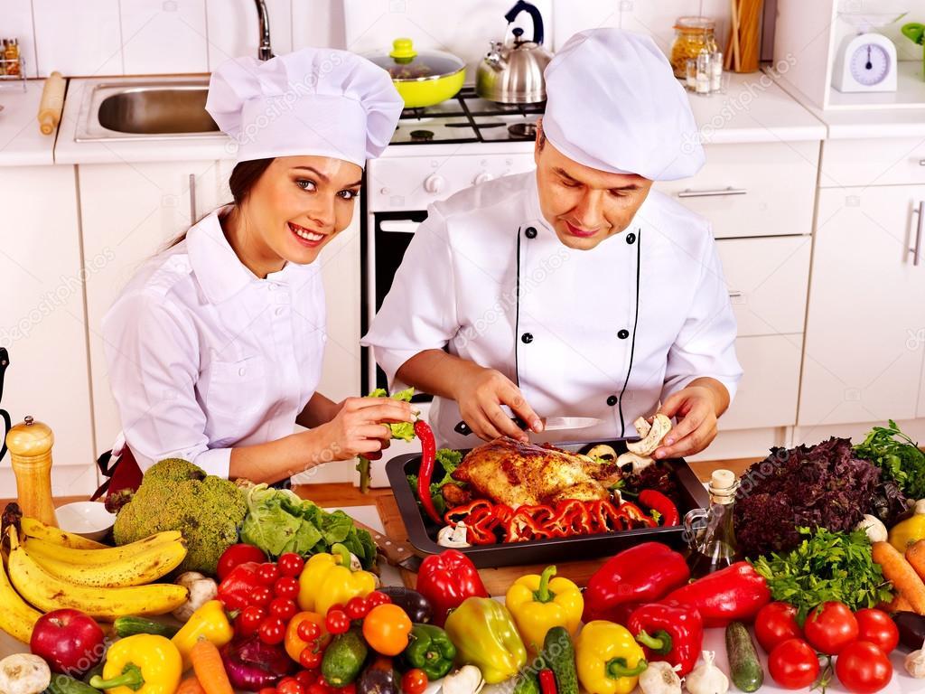 Hombre Y Mujer Con Sombrero De Chef Cocinar Pollo