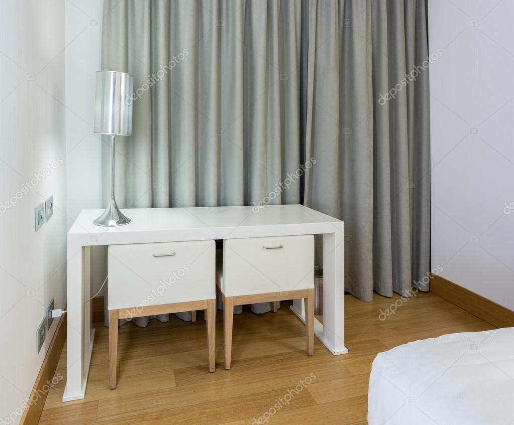 https://st.depositphotos.com/1000270/2146/i/950/depositphotos_21460729-stockafbeelding-moderne-witte-tafel-en-stoelen.jpg