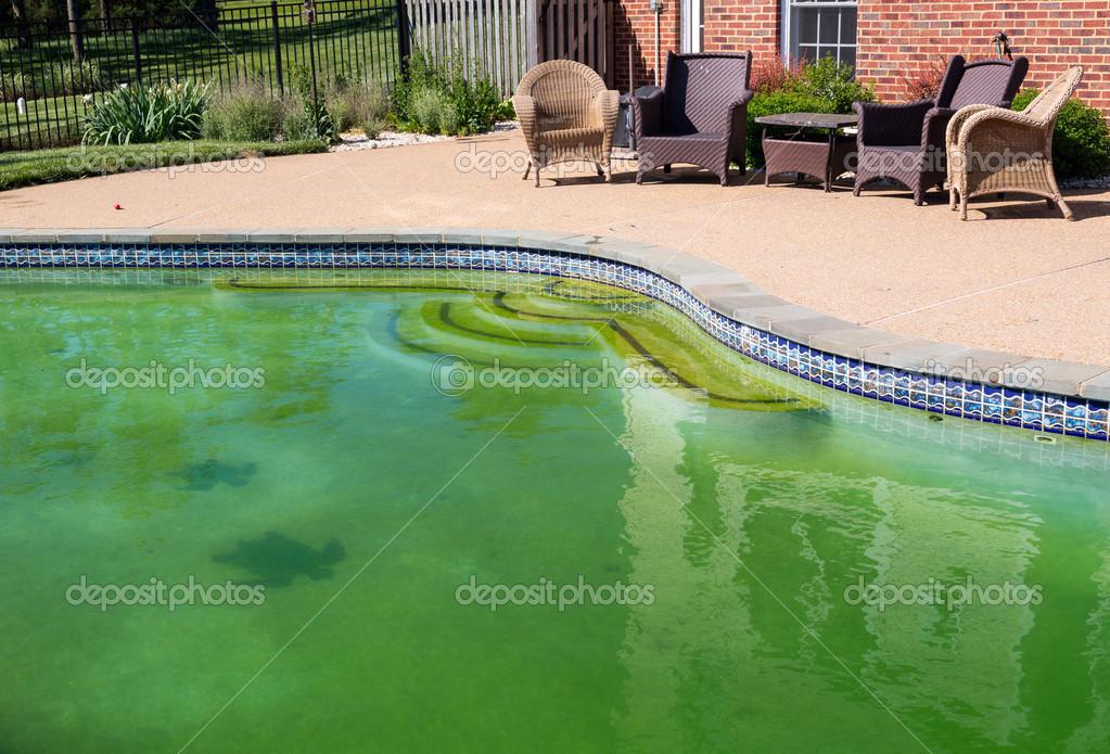Schmutziger Hinterhof Pool Und Terrasse Stockfoto