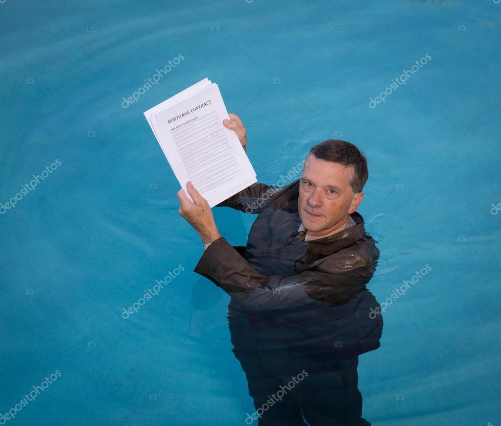 Alter Mann, der Hypothek Darlehen Dokument im Wasser — Stockfoto ...