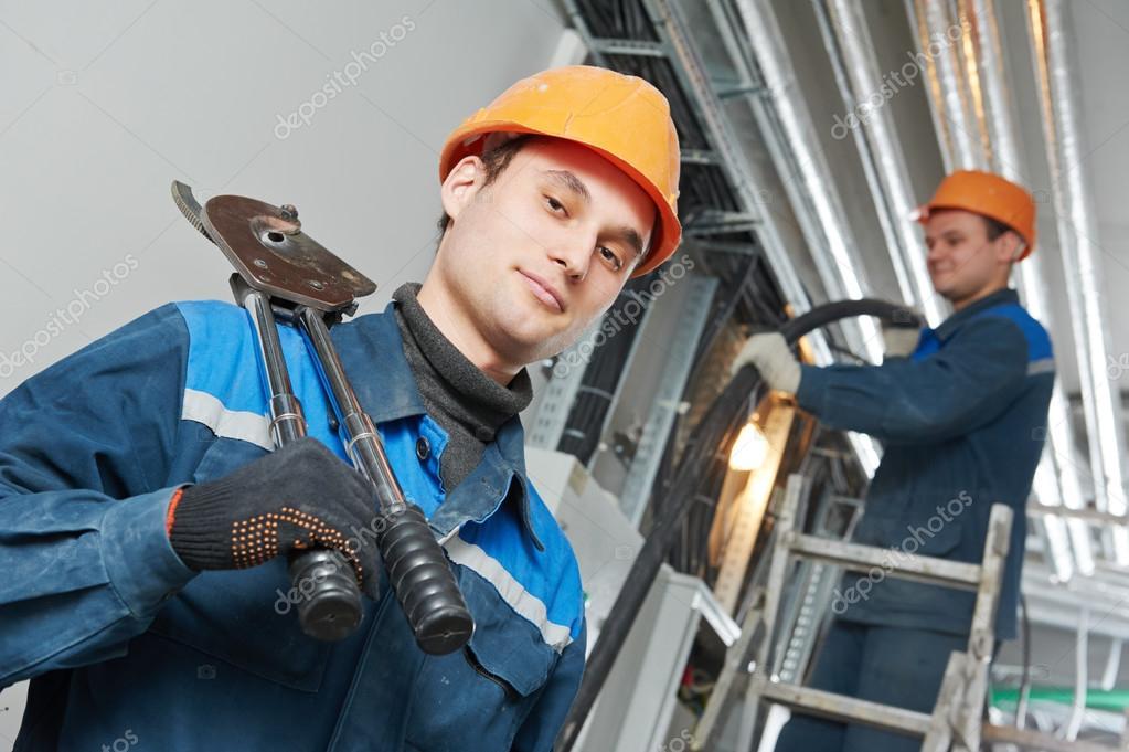 zwei Elektriker Arbeiter an der Verkabelung — Stockfoto © kalinovsky ...