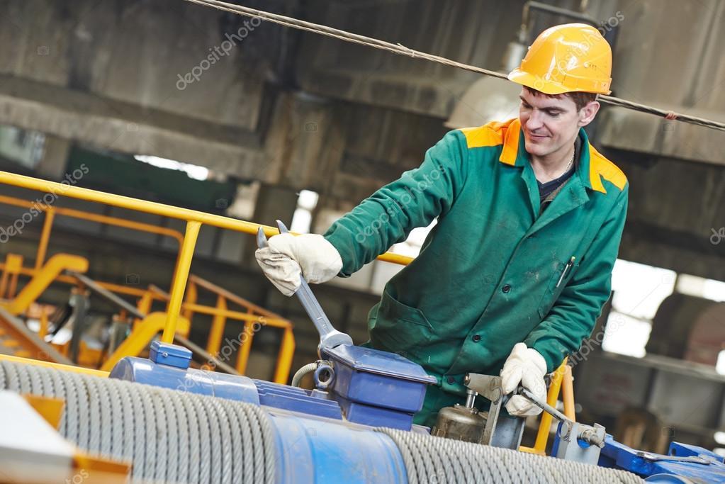 reparador de trabajador de la industria con llave — Foto de stock ...