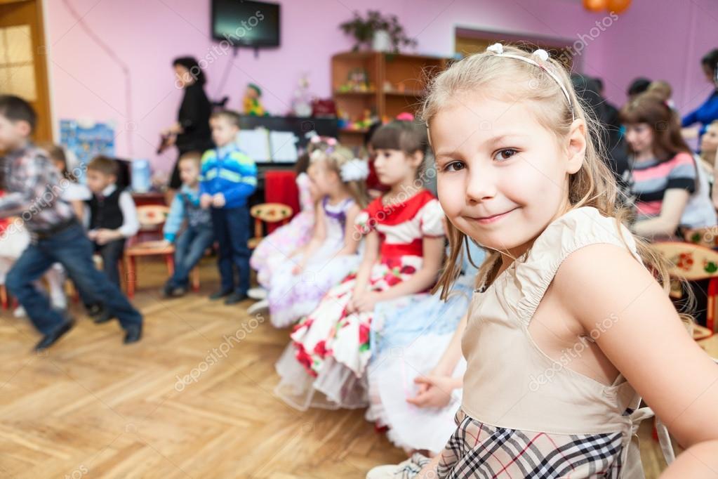 420270c220219e mädchen im kindergarten klasse — Stockfoto © antiksu #49588271