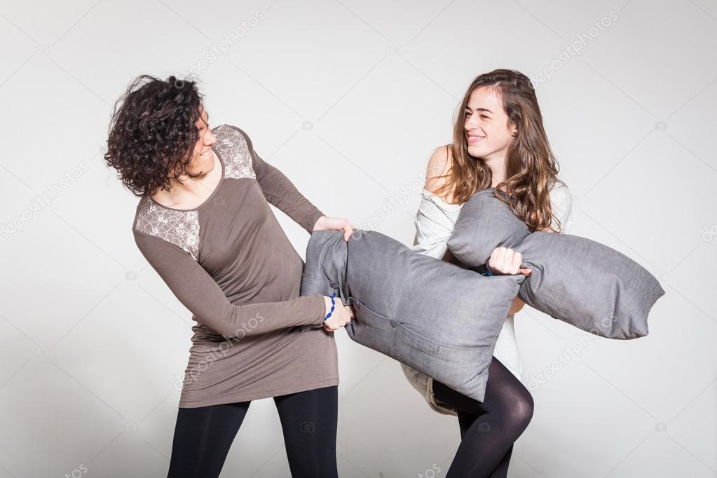 Risultati immagini per lotta dei cuscini tra amiche