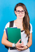 weibliches Studentenporträt auf blau