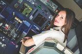 Fotografia donna pilota nella cabina di pilotaggio aereo